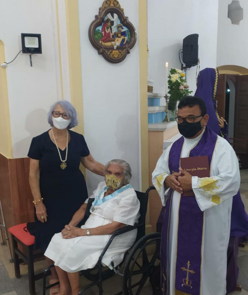 Foto de hoje: Edméa (sentada), Padre João Batista e a amiga Helenita
