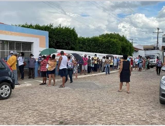 Jeremoabo BA: filas de vacinação de idosos desrespeita normas de prevenção ao coronavírus
