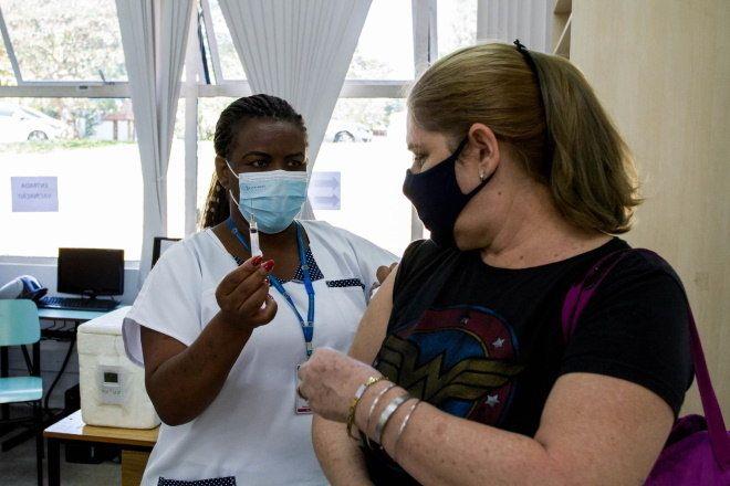 Profissional de educação sendo vacinado em Limeira, interior de São Paulo - (Foto: ROBERTO GARDINALLI/FUTURA PRESS/ESTADÃO CONTEÚDO - 14.4.2021)