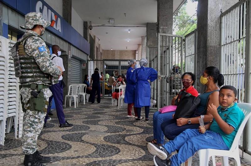 Fila em Salvador para recebimento do auxílio emergencial: lei também garante pagamento retroativo a quem teve benefício recebido indevidamente por outra pessoa - Bruno Concha/Secom