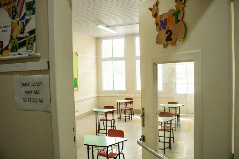 Escola reduz número de alunos por sala e afasta carteiras na volta às aulas durante pandemia - (Foto: Michel Corvello/Prefeitura de Pelotas)