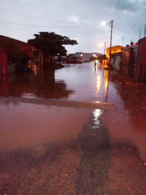 Chuva com trovoada deixou vários pontos alagados em Jeremoabo BA