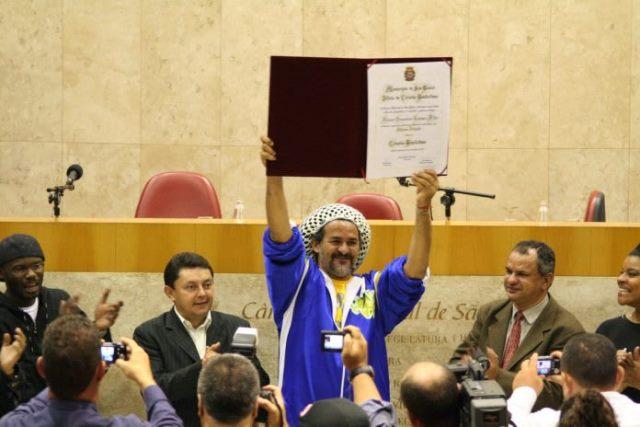 Nelsão sendo condecorado em São Paulo