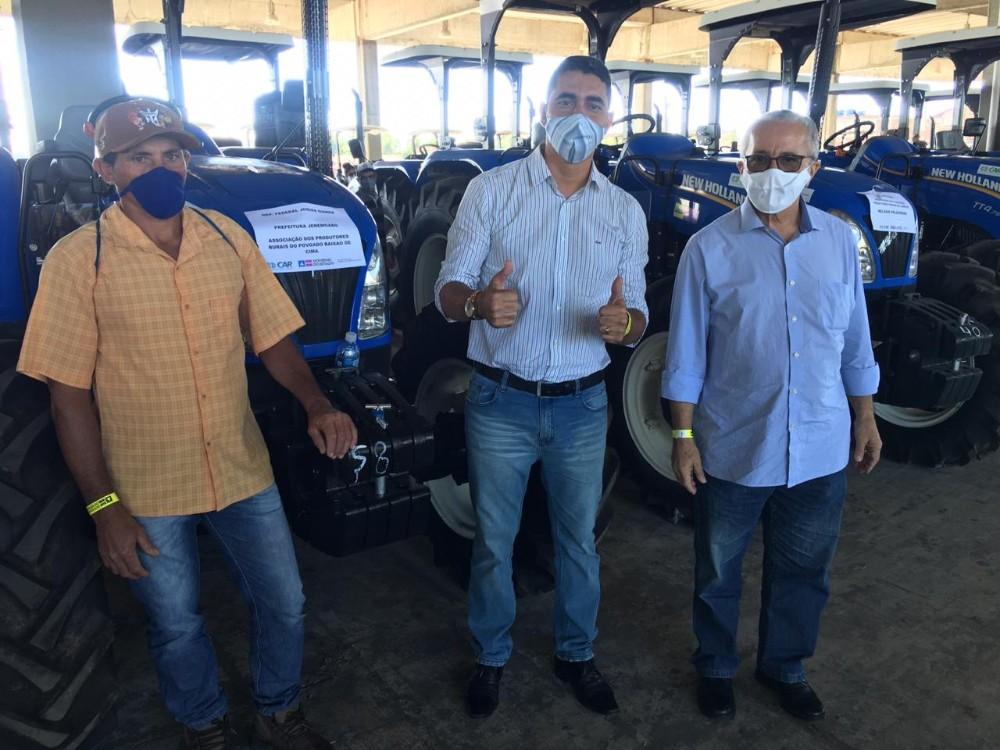 Jeremoabo BA recebe ambulância e trator agrícola do Governo do Estado